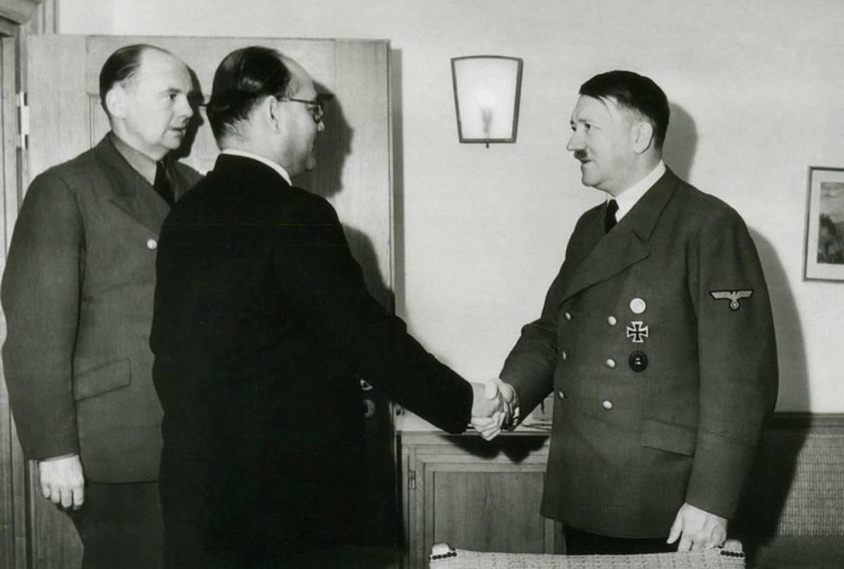 Subhas Chandra Bose meeting Hitler in East Prussia, Germany. Interpreter Paul Schmidt is on the left, 1942.