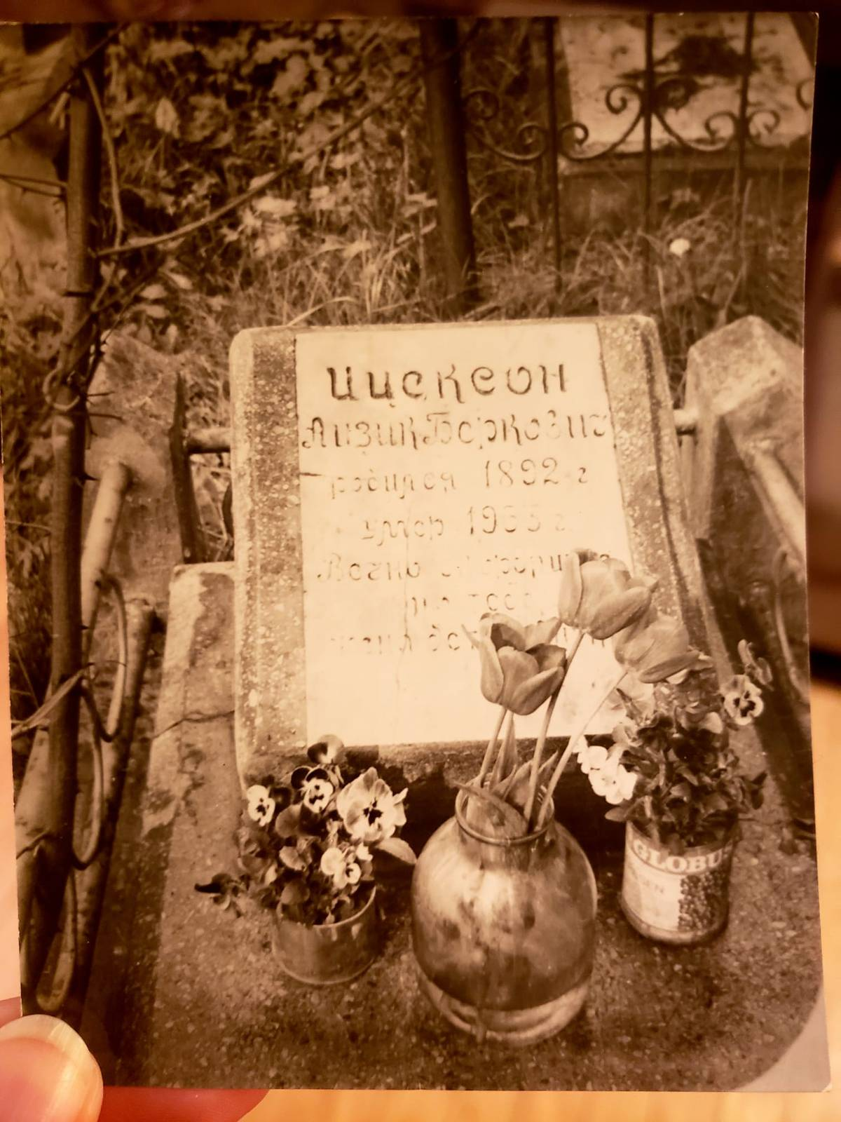 The photo of Itsik's grave